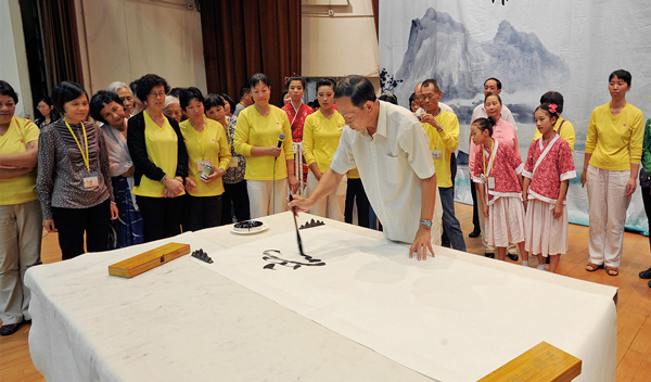 Master Ou was demonstrating Qigong Calligraphy.